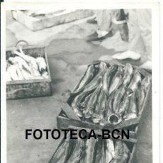 Fotografía antigua: FOTO ORIGINAL CAJAS DE MERLUZA LLUÇ PESCADORES PUERTO DE TARRAGONA AÑOS 60 - 9,5X6,5 CM. Lote 97236583
