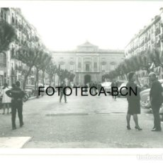 Fotografía antigua: FOTO ORIGINAL TARRAGONA PLAZA DEL AYUNTAMIENTO AÑOS 60 - 9,5X6,5 CM. Lote 97271883