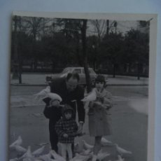 Fotografía antigua - MINUTERO FOTOGRAFO DEL PARQUE Mª LUISA SEVILLA : FAMILIA EN PLAZA DE LAS PALOMAS. 1963 - 97340407