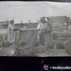 Fotografía antigua: PROTECTORADO MARRUECOS: MOROS DESCARGANDO MATERIAL . PRINCIPIOS DE SIGLO. Lote 97494595
