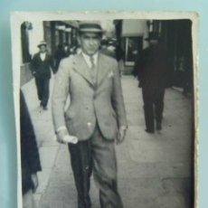 Fotografía antigua: MINUTERO DE FOTOGRAFO AMBULANTE : HOMBRE CON SOMBRERO PASEANDO. AÑOS 30. Lote 97545163