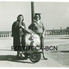 Fotografía antigua: FOTO ORIGINAL MUJERES JUNTO A VESPA MATRICULA BARCELONA MOTO SCOOTER MOTOCICLETA. Lote 97919679