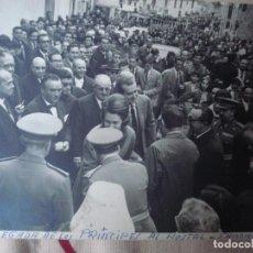 Fotografía antigua: FOTO DE LLEGADA DE LOS PRINCIPES AL HOSTAL GUADALUPE 21/11/1965 17CM X 11CM. Lote 97961959