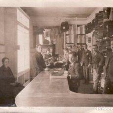 Fotografía antigua: SEVILILA - FOTOGRAFIA DE 1923 - ALMACENES LA PAZ - PUENTE Y PELLON ESQUINA ENCARNACION 12,5X17,5 CM. Lote 98107683