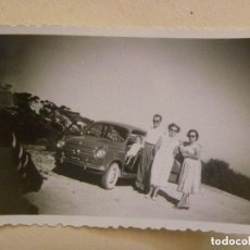 Fotografía antigua: FOTO DE FAMILIA CON UN SEAT 600 ( SEITA ) MATRICULA EXTRANJERA. Lote 98134147