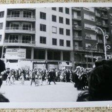 Fotografía antigua: ANTIGUA FOTOGRAFÍA. FALLAS DE VALENCIA. PASACALLE. CALLE BARON DE CARCER. FOTO AÑOS 60.. Lote 98171287