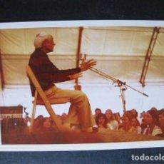 Fotografía antigua: FOTOGRAFÍA JIDDU KRISHNAMURTI, TOMADA DURANTE UNA DE SUS CHARLAS. NOVIEMBRE 1972, LUGAR DESCONOCIDO. Lote 98382435