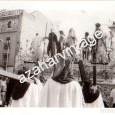 Fotografía antigua: SEMANA SANTA SEVILLA, AÑOS 70, PASO DE MISTERIO HERMANDAD DE SAN BENITO,100X70MM. Lote 98386271