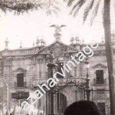 Fotografía antigua: SEMANA SANTA SEVILLA, AÑOS 70, PALIO VIRGEN DE LA VICTORIA, LAS CIGARRERAS, 70X100MM. Lote 98386415