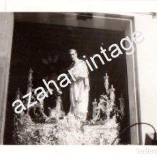 Fotografía antigua: SEMANA SANTA SEVILLA, AÑOS 70, SALIDA MISTERIO SAN BENITO, 100X70MM. Lote 98386663