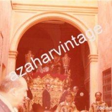 Fotografía antigua: SEMANA SANTA SEVILLA, AÑOS 70, SALIDA HERMANDAD SANTA MARTA, 125X90MM. Lote 98386927