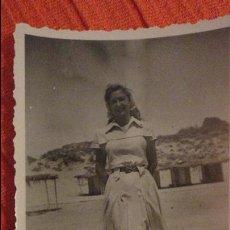 Fotografía antigua: ANTIGUA FOTOGRAFIA.CHICA EN LA PLAYA.AÑOS 50. Lote 98512579
