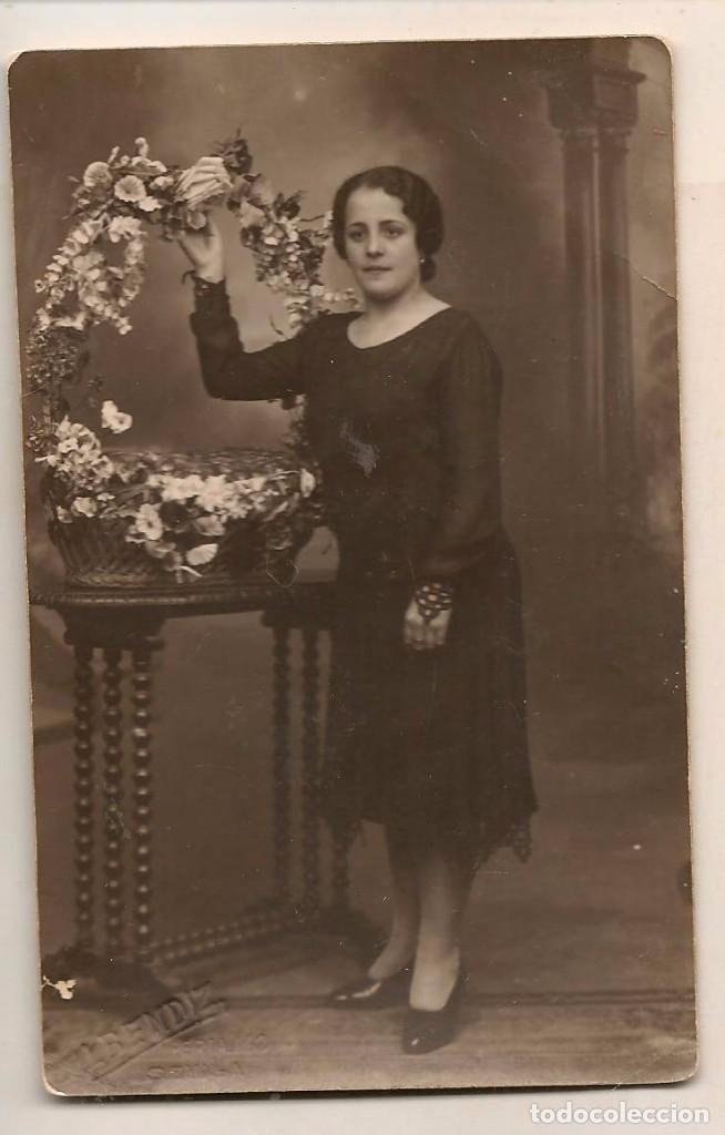 FOTO: MUJER CON CESTO DE FLORES. 10/ NOVIEMBRE 1931. FOTÓGRAFO: ALBENDIZ. SEVILLA (C/A23) (Fotografía Antigua - Fotomecánica)