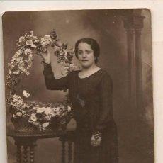 Fotografía antigua: FOTO: MUJER CON CESTO DE FLORES. 10/ NOVIEMBRE 1931. FOTÓGRAFO: ALBENDIZ. SEVILLA (C/A23). Lote 99085811