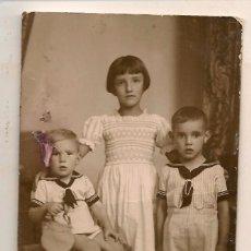 Fotografía antigua: FOTO: TRES HERMANOS. FOTO GIL. SEVILLA (C/A23). Lote 99086679