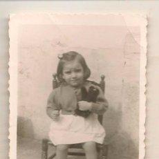Fotografía antigua: FOTO: NIÑA SENTADA EN SILLITA CON OSITO. (C/A23). Lote 99087231