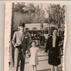 Fotografía antigua: FOTO: MATRIMONIO CON NIÑA. FOTOGRAFO: GRAMPES. SEVILLA 1945. (C/A23). Lote 99121255