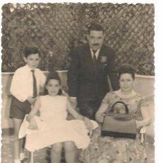 Fotografía antigua: FOTO: MATRIMONIO CON DOS NIÑOS. FOTÓGRAFO: MADRID. 29/JUNIO 1962. (C/A23). Lote 99155335