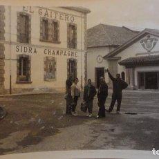 Fotografía antigua: ANTIGUA FOTOGRAFIA.PERSONAS EN VILLAVICIOSA.ASTURIAS.1960. Lote 99312767