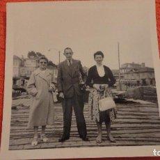 Fotografía antigua: ANTIGUA FOTOGRAFIA.PERSONAS EN BAYONA.VIGO AÑOS 50. Lote 100261483