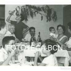 Fotografía antigua: FOTO ORIGINAL COMIDA FAMILIAR BEBIENDO DEL PORRON AÑOS 60 - 10X7 CM. Lote 100321327