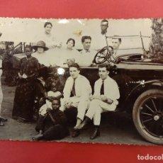 Fotografía antigua: GUINEA ESPAÑOLA. GRUPO DE ESPAÑOLES CON AUTÓCTONOS POSANDO EN AUTOMÓVIL. AÑOS 1930S. Lote 100368659