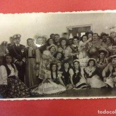Fotografía antigua: INSTITUTO FRANCES. BARCELONA 1947. GRUPO POSANDO DISFRAZADO EN CARNAVAL. Lote 100368975