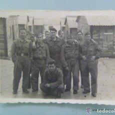 Fotografía antigua: FOTO DE LA MILI : SOLDADOS CON ROPA DE FAENA , UNO CON BOINA . AÑOS 40. Lote 100541807
