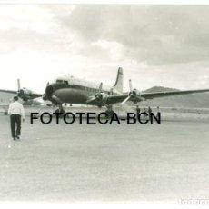 Fotografía antigua: FOTO ORIGINAL AVION DOUGLAS DC-4 AVIACO AEROPUERTO IBIZA AÑO 1963 - 10,5X7,5 CM. Lote 101432243