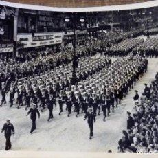 Fotografía antigua: WWII, LONDRES, 1946, DESFILE DE LA VICTORIA, TROPAS DE MARINA, ESPECTACULAR, 20X15 CMS. Lote 102626919