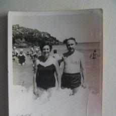 Fotografía antigua: FOTO DE PAREJA EN BAÑADOR EN LA PLAYA , ASTURIAS . AÑOS 50. Lote 140005008