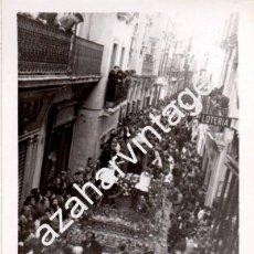 Fotografía antigua: SEMANA SANTA SEVILLA, ANTIGUA FOTOGRAFIA PASO DEL DUELO, SANTO ENTIERRO, 105X75MM. Lote 102822171