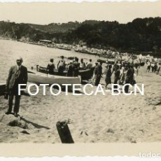 Fotografía antigua: FOTO ORIGINAL PLAYA BAÑISTAS CASETAS BAÑOS BARCAS PESCADORES POSIBLEMENTE COSTA BRAVA AÑOS 30. Lote 103271495