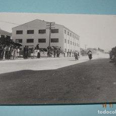 Fotografía antigua: ANTIGUA FOTOGRAFIA DE CARRERAS DE MOTOS EN IBI - CALLE COLÓN - FABRICA RICO Y PASCUAL Y VALLS. Lote 103484715