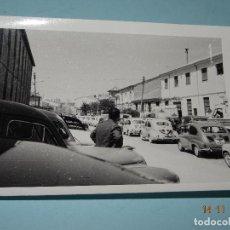 Fotografía antigua: ANTIGUA FOTOGRAFIA ORIGINAL DE IBI - VISITA DE AUTORIDADES EN CALLE COLÓN Y FÁBRICA DE JUGUETES RICO. Lote 103485403