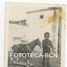 Fotografía antigua: FOTO ORIGINAL NIÑO CON CABALLO DE JUGUETE AÑOS 30/40. Lote 103930235