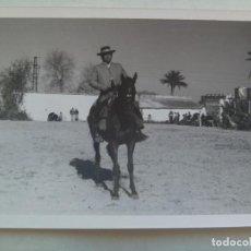 Fotografía antigua: FOTO DE CAMPERO A CABALLO, DOMA VAQUERA O SIMILAR, AL FONDO UN CORTIJO . Lote 104242947