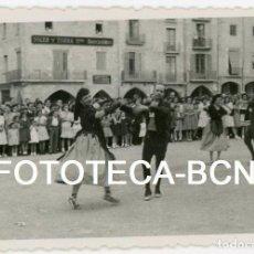 Fotografía antigua: FOTO ORIGINAL VIC PLAÇA MAJOR ESPECTACULO FOLCLORICO AÑOS 40. Lote 104276859