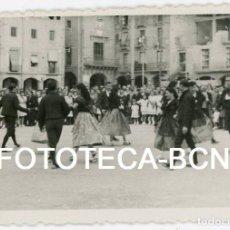 Fotografía antigua: FOTO ORIGINAL VIC PLAÇA MAJOR ESPECTACULO FOLCLORICO AÑOS 40. Lote 104276947