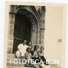 Fotografía antigua: FOTO ORIGINAL JOVENES EN LA PUERTA DEL PALAU MAR I CEL SITGES AÑO 1930. Lote 104280091