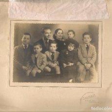 Fotografía antigua: FOTO: GRUPO FAMILIAR. TIENE UNA DEDICATORIA FECHADA 1951. FOTO FRANZIS. SEVILLA. (B/58). Lote 104282707