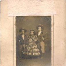 Fotografía antigua: FOTO: SIMPÁTICO GRUPO DE HERMANOS VESTIDOS CON TRAJES ANDALUCES. FOTO FRANZIS. 1951.SEVILLA. (B/58). Lote 104282823