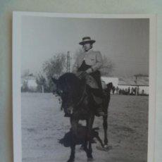 Fotografía antigua: FOTO DE CAMPERO A CABALLO, DOMA VAQUERA O SIMILAR, AL FONDO UN CORTIJO. Lote 104293011