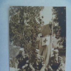 Fotografía antigua: CRUZ ROJA : FOTO DE MILITARES CON EQUIPO Y CAMILLA. SEVILLA. Lote 104319259