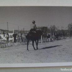 Fotografía antigua: FOTO DE CAMPERO A CABALLO, DOMA VAQUERA O SIMILAR, AL FONDO UN CORTIJO. Lote 104322467