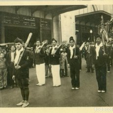 Fotografía antigua: BARCELONA DESFILE DIA DE CARNAVAL 1945 DEDICADA AL DORSO.. Lote 104394315