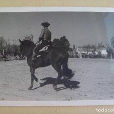 Fotografía antigua: FOTO DE CAMPERO A CABALLO, DOMA VAQUERA O SIMILAR, AL FONDO UN CORTIJO. Lote 104506755