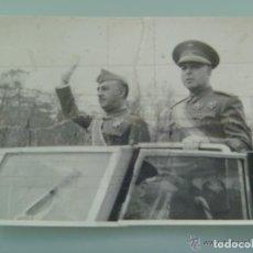 Fotografía antigua: FOTO DE FRANCO Y GENERAL VARELA CON LAUREADAS . DESFILE VICTORIA . MADRID, 1941. LEER !!. Lote 206581117