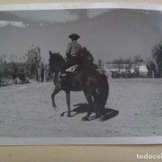 Fotografía antigua: FOTO DE CAMPERO A CABALLO, DOMA VAQUERA O SIMILAR, AL FONDO UN CORTIJO. Lote 104777455