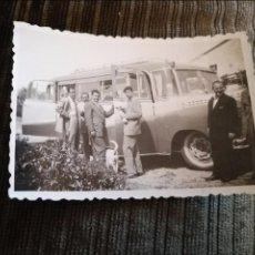 Fotografía antigua: ANTIGUA FOTOGRAFÍA. AUTOBÚS. FOTO AÑOS 50. ANTIGUO.. Lote 104884999